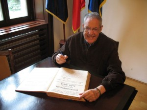 Jules Janick - signing in Doctor Honoris Causa honours book